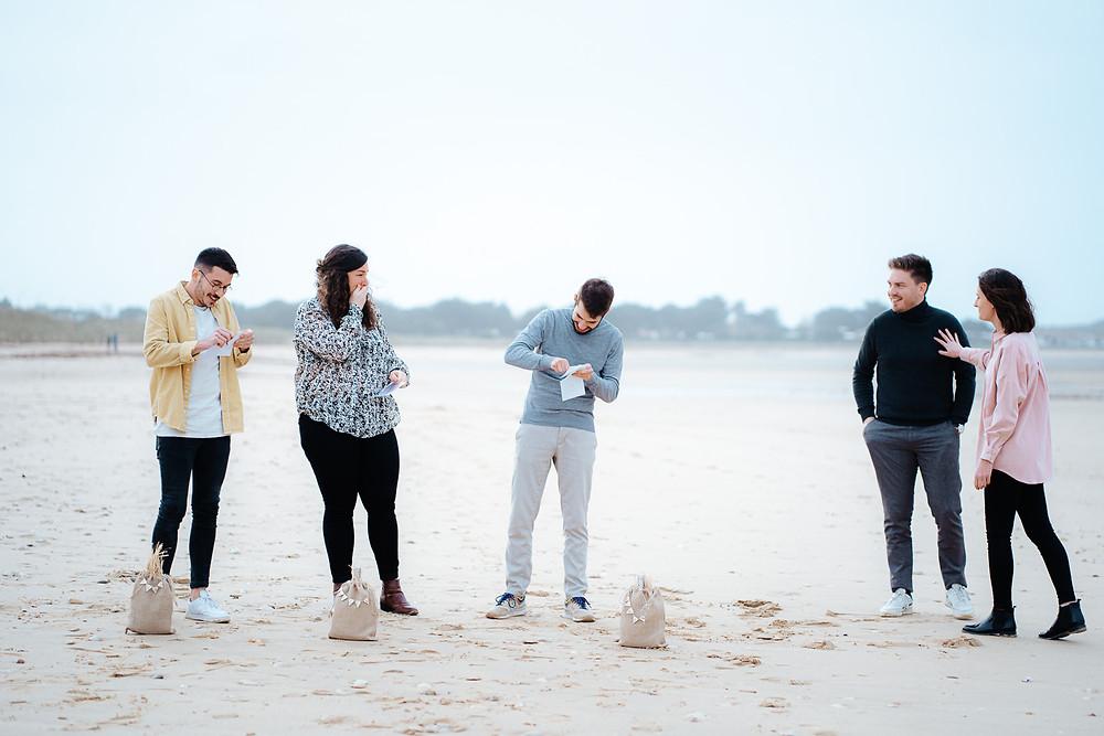 demande de témoin originale sur la plage, groupe d'amis, émotions