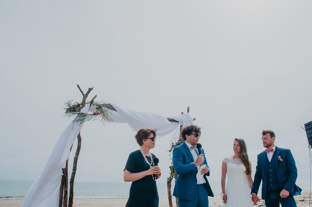 cérémonie laïque sur la plage de l'ile de ré, homme parlant dans un micro, discours du témoin