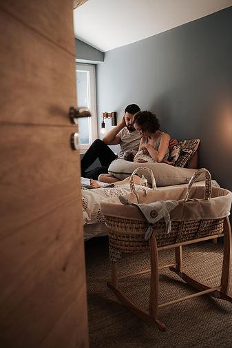nouveau-né, premiers jours à la maison allaitement dans la chambre avec les parents lumière tamisée