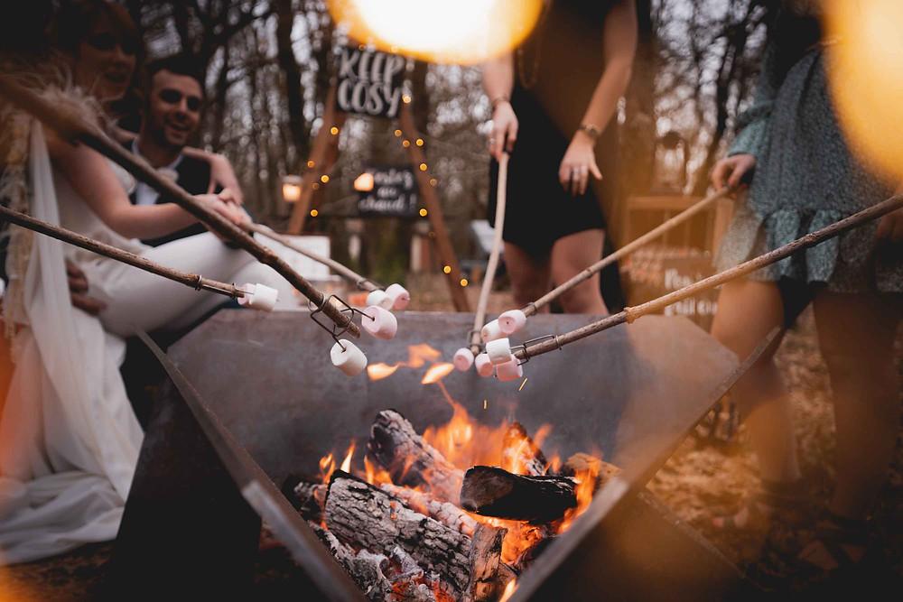 s'more bar, les mariés sont autour du brasero ils font des marsmallows grillés