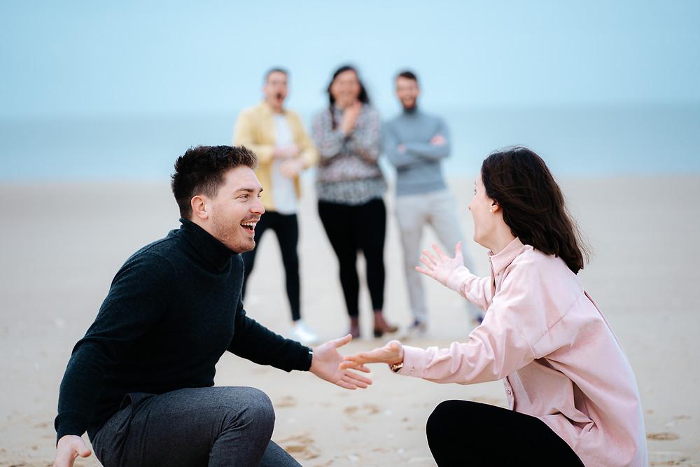 couple surpris, demande de témoins de mariage sur la plage