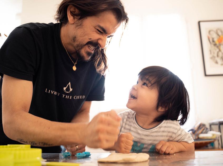pere et fils qui jouent à la pate à modeler, photographe de famille à la rochelle