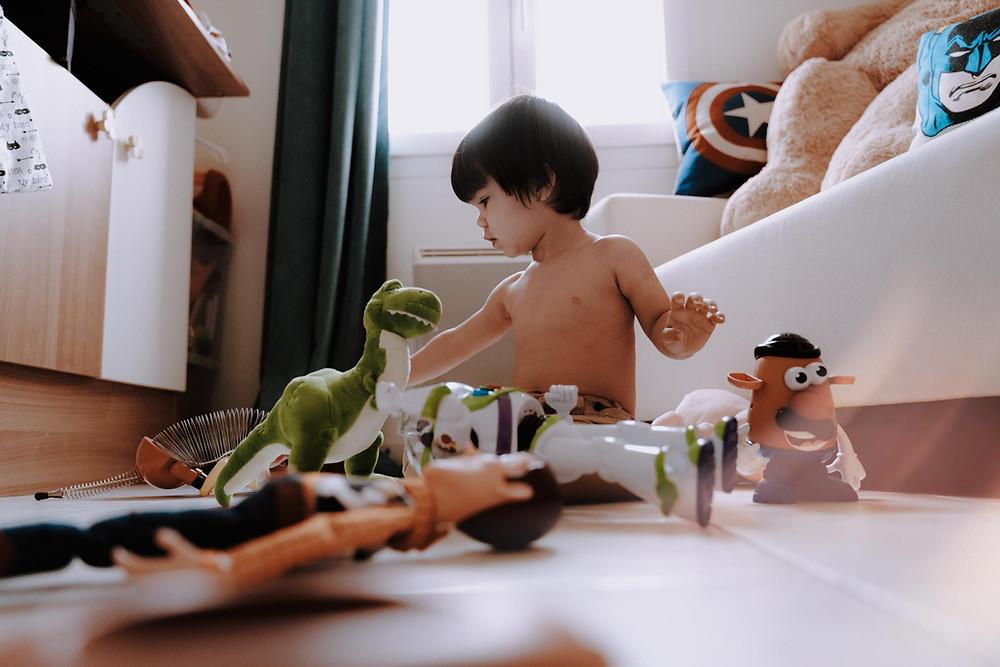garçon joue dans sa chambre, jouets toy story, disney, photographe de famille à la rochelle