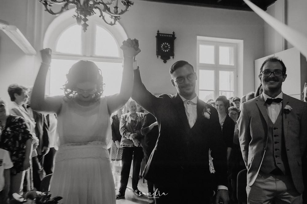 les mariés disent oui devant le maire