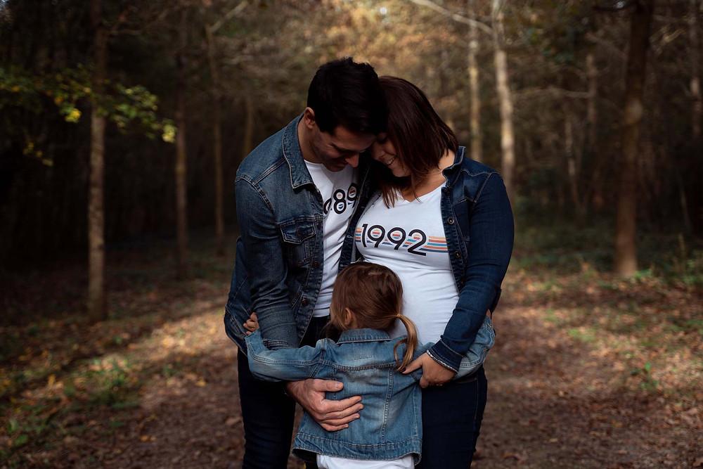photo de famille dans la foret, calin à trois, vestes en jean, photographe de famille à la rochelle