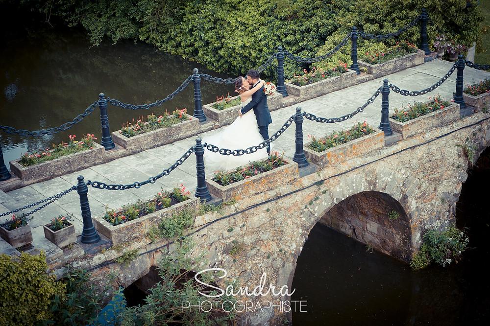 mariés sur un pont, chateau