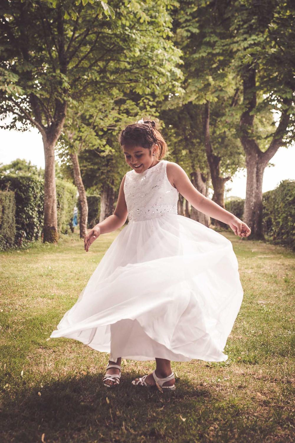 mariage-niort-domaine-de-la-gravette-enfant-robe-de-ceremonie-danse-eglantine