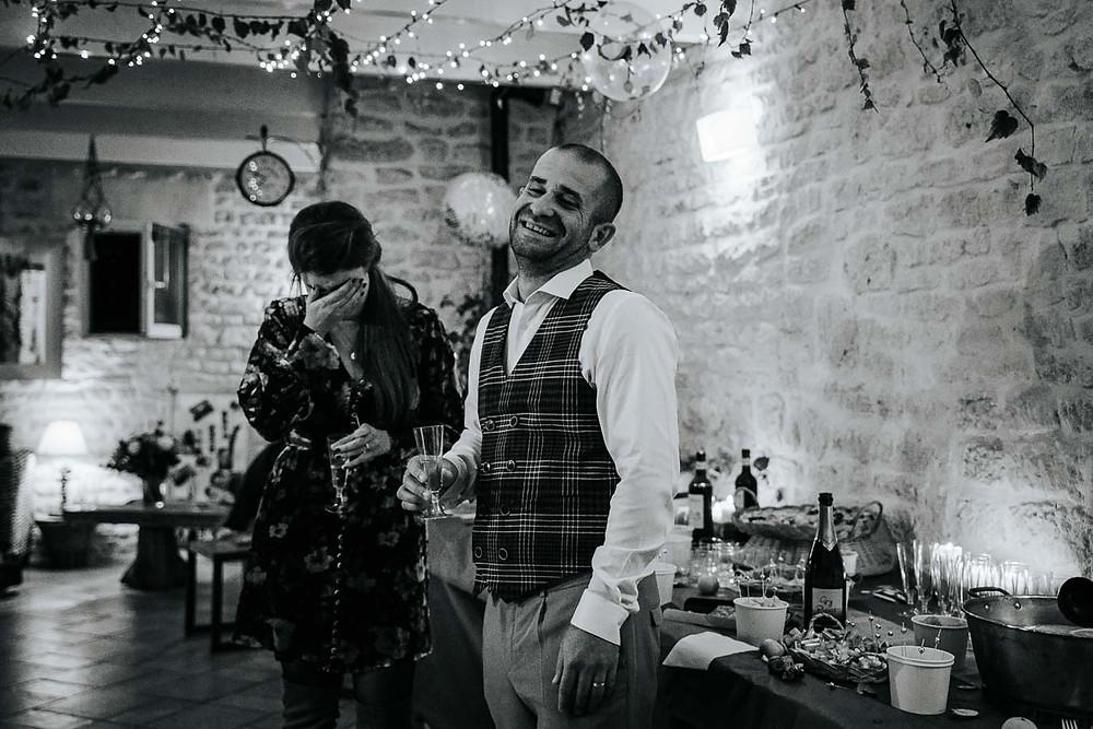 mariés qui pleurent de joie en noir et blanc