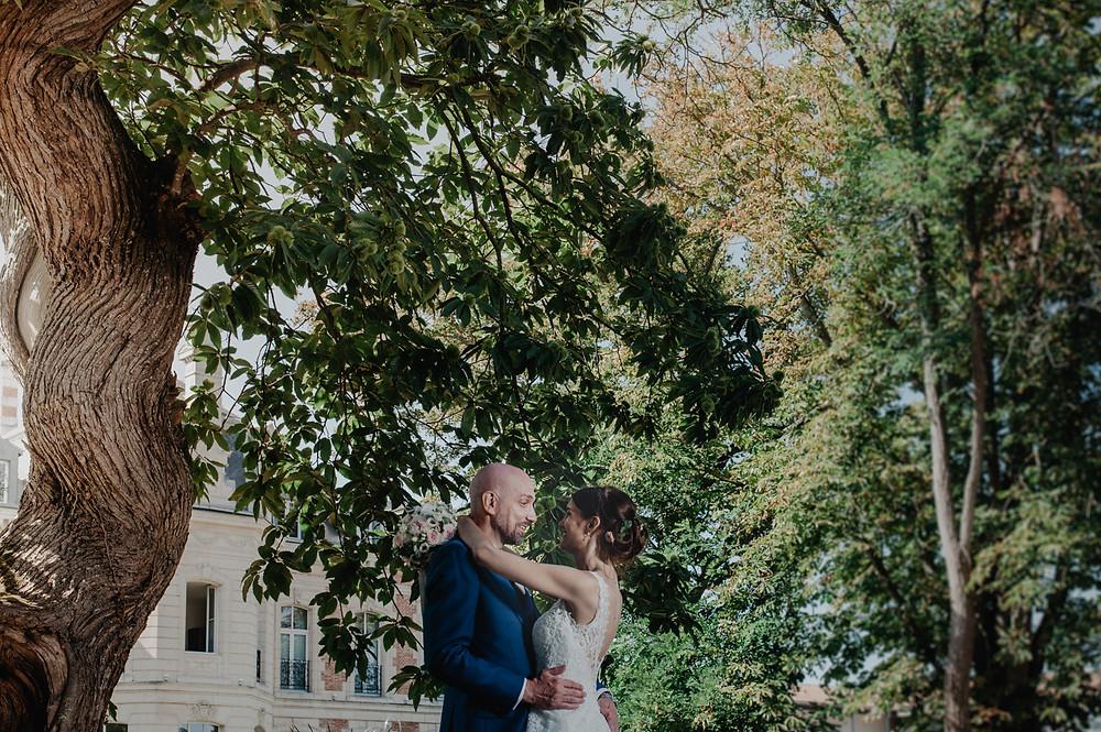 photo de couple mariage dans le jardin de l'hotel du chateau lagord