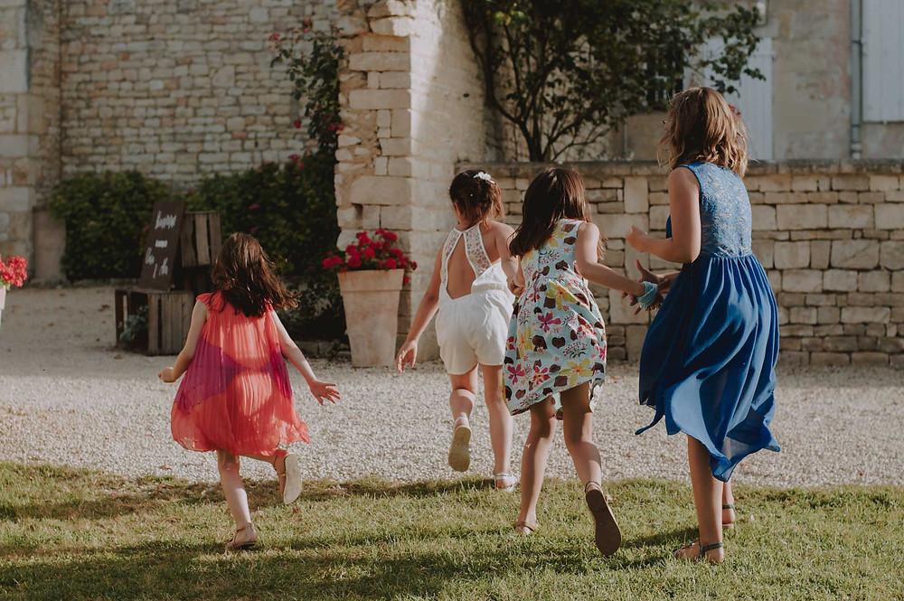 mariage-niort-domaine-de-la-gravette-enfants-qui-jouent-couleur