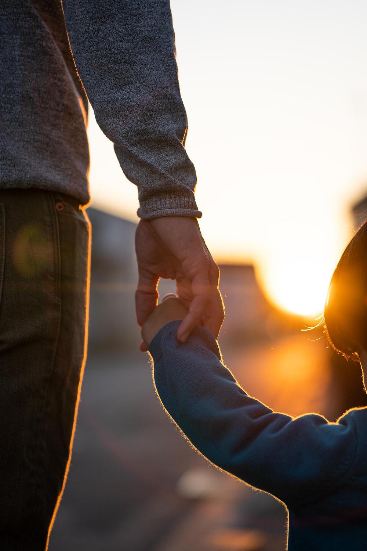 pere et fils, main dans la main, coucher de soleil, photographe de famille à la rochelle