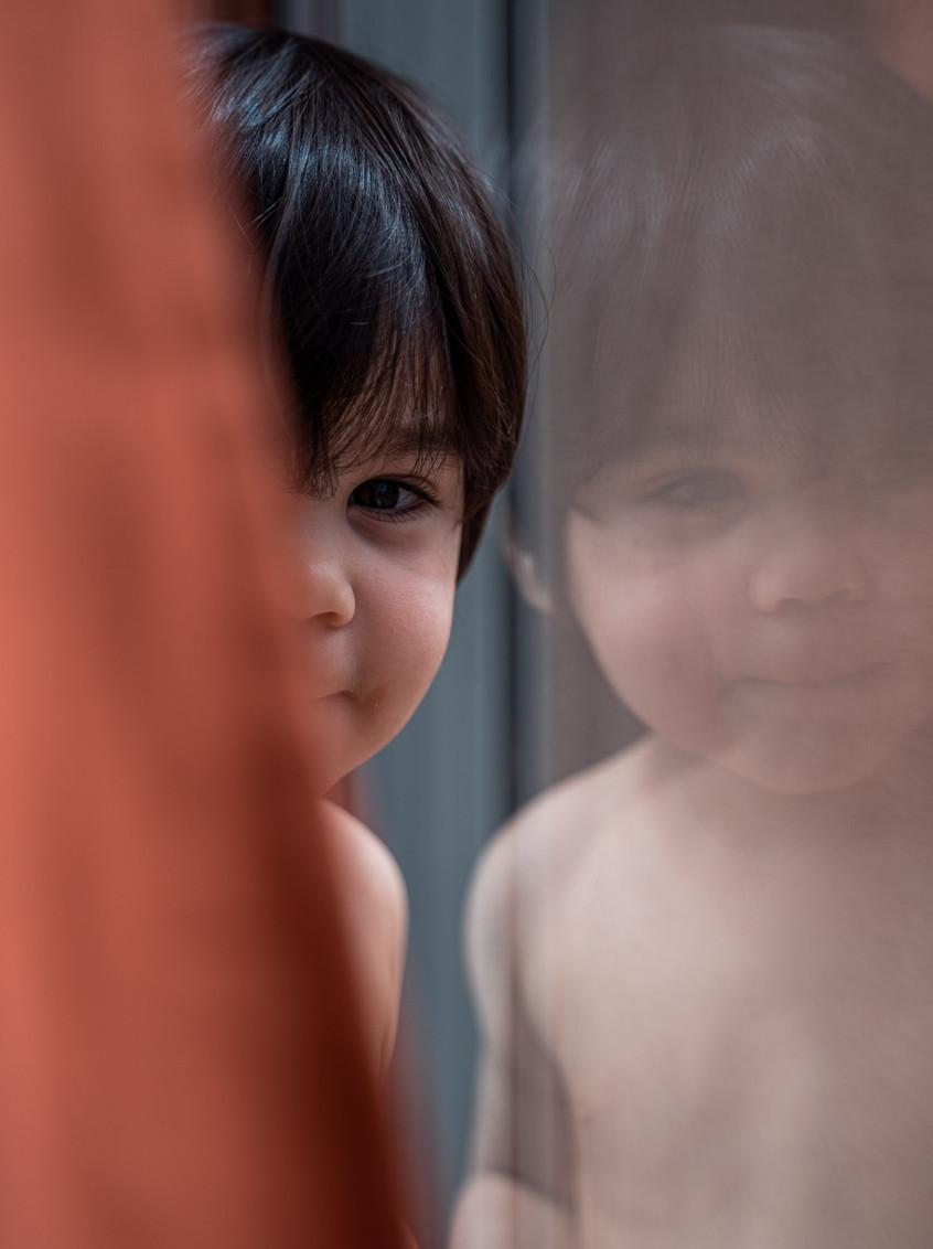 portrait garçon reflet miroir, photographe de famille à la rochelle