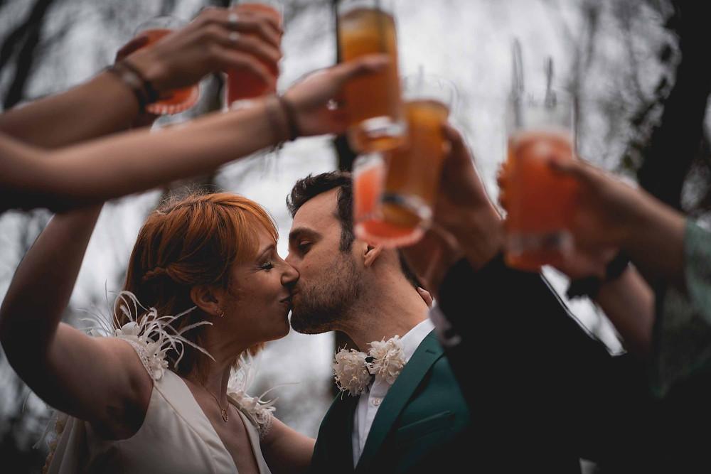 mariés trinquent cocktails groupe mariage