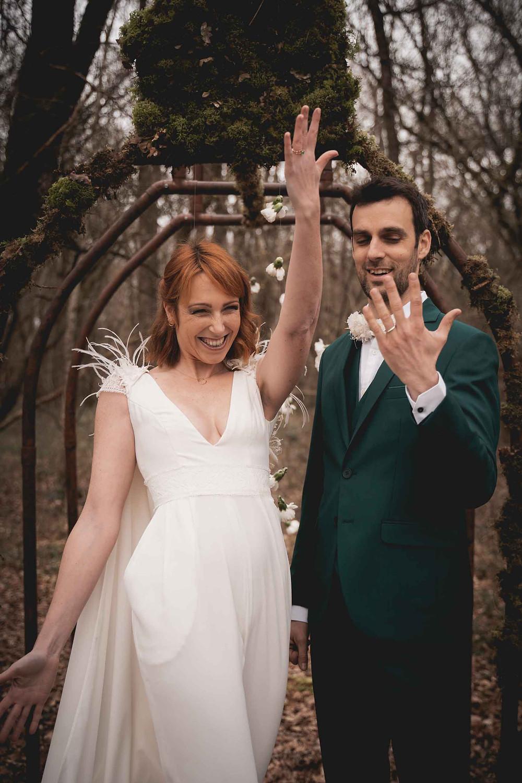 mariés présent leur alliance, joie