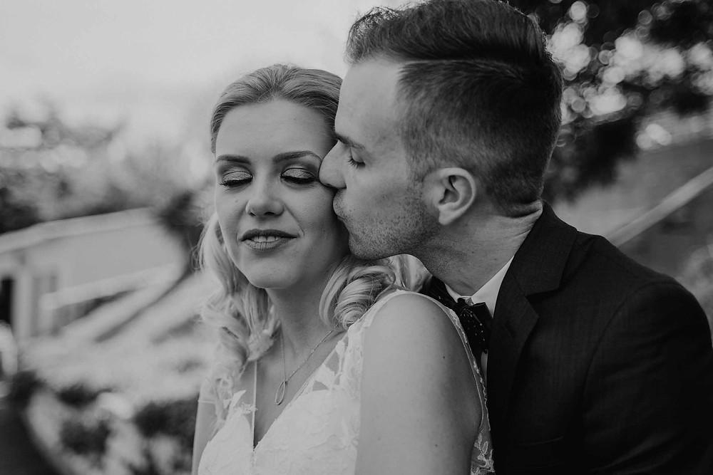 mariage en noir et blanc, bisous sur la joue