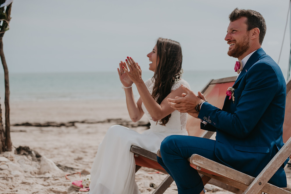 mariés assis sur la plage, cérémonie laïque sur l'ile de ré