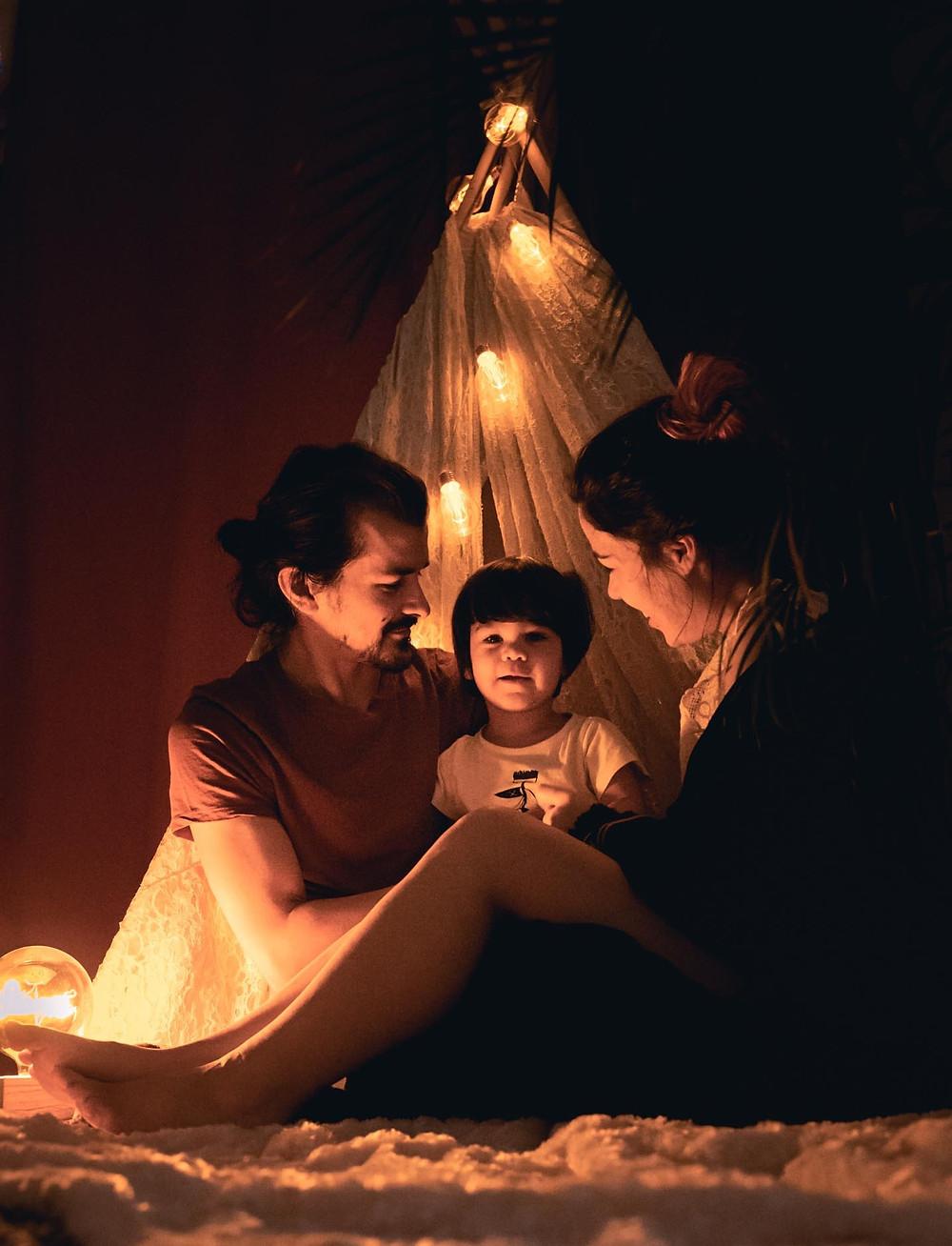 portrait de famille, 3 personnes, tipi guirlande guinguette, photo de nuit