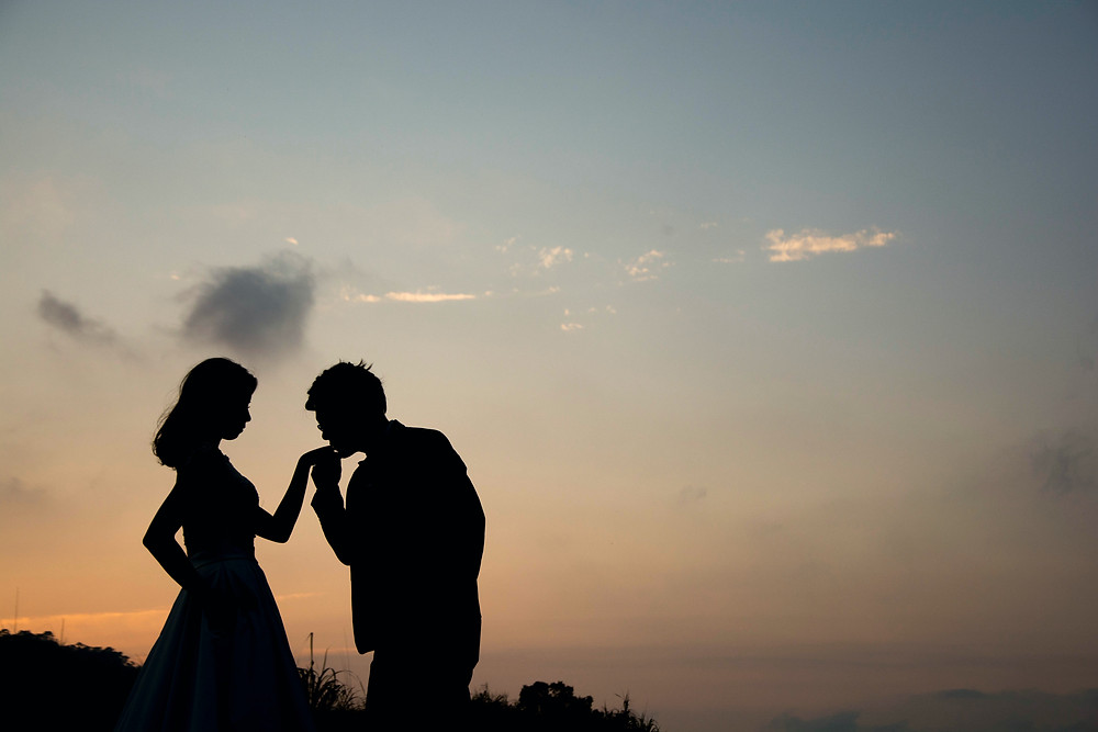 two lovers in a romantic scene kissing silhouettes