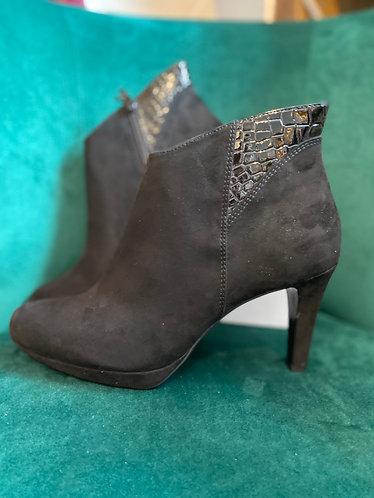 S. Oliver Black heel boot