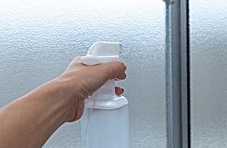 窓に洗剤を振りかける