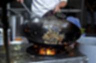 中華鍋で料理をする
