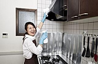 レンジブードを磨く女性