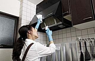 レンジフードを掃除する女性