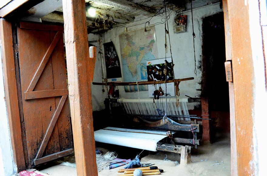 small-A-loom-for-weaving-pashmina-shawls-Munsyari.jpg