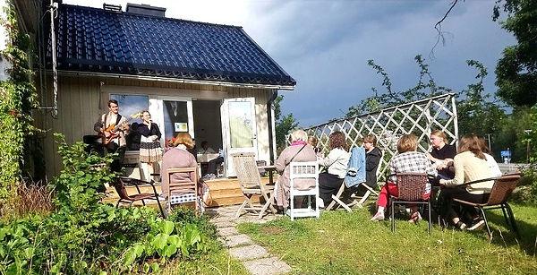 Ulkoilmakonsertti kylätupa Pikkurastaassa