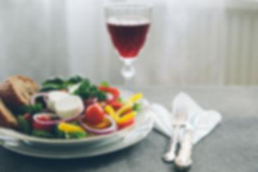 kokous, kokoustarjoilu, salaatti, viilasi, punaviini