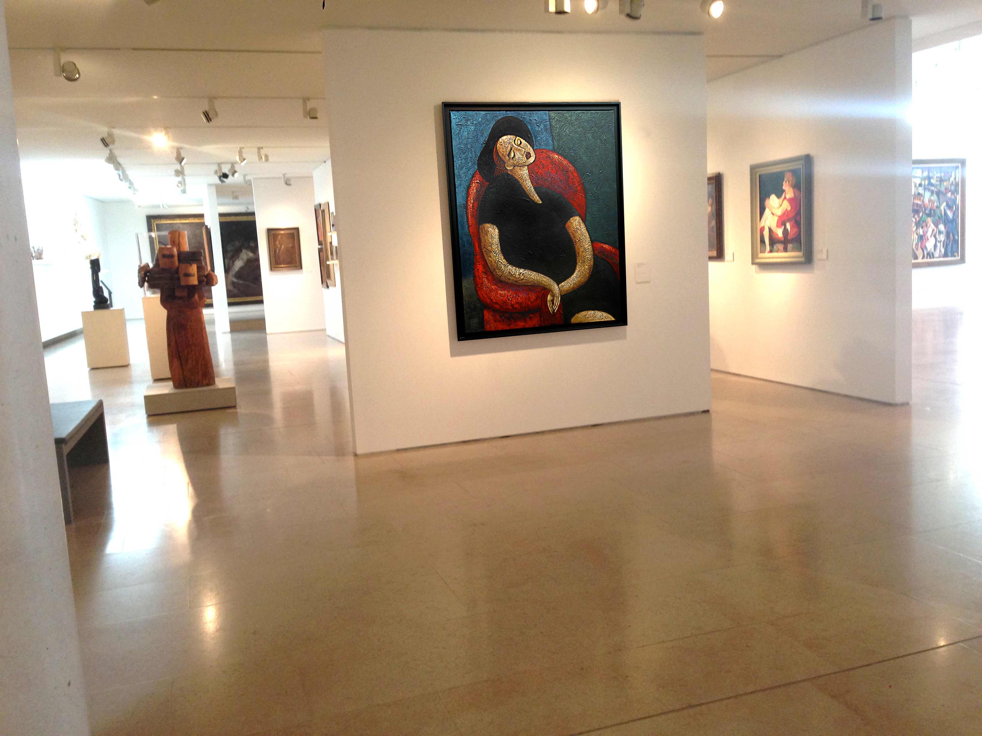 musée-femme-fauteuil-rouge
