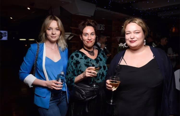 Арина Холина с подругами