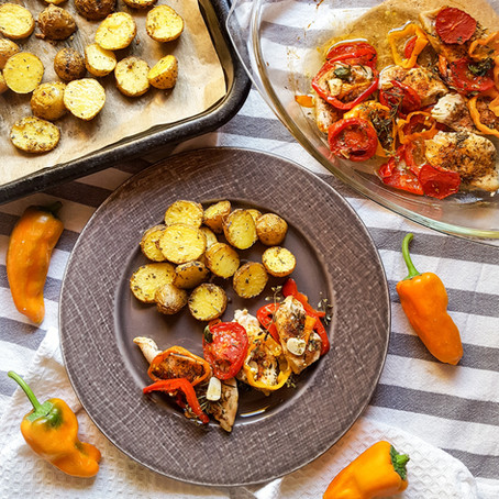 Pečené brambory s krůtími plátky na zelenině