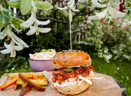 Burger s trhaným vepřovým masem v BBQ omáčce a coleslaw salátem