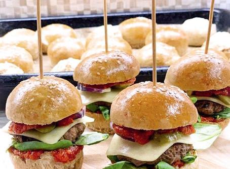 Hovězí mini burgery s domácími bulkami a BBQ omáčkou
