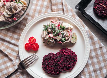 Karbanátky z červené řepy s odlehčeným bramborovým salátem