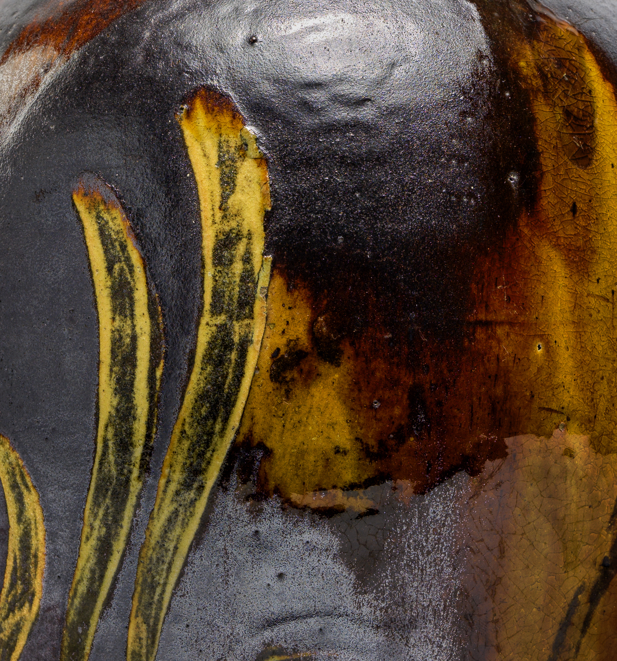 Detail of the engobe and different glazes.