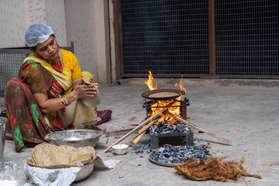 Kathiyawadi Bhaanu Making Rotlo