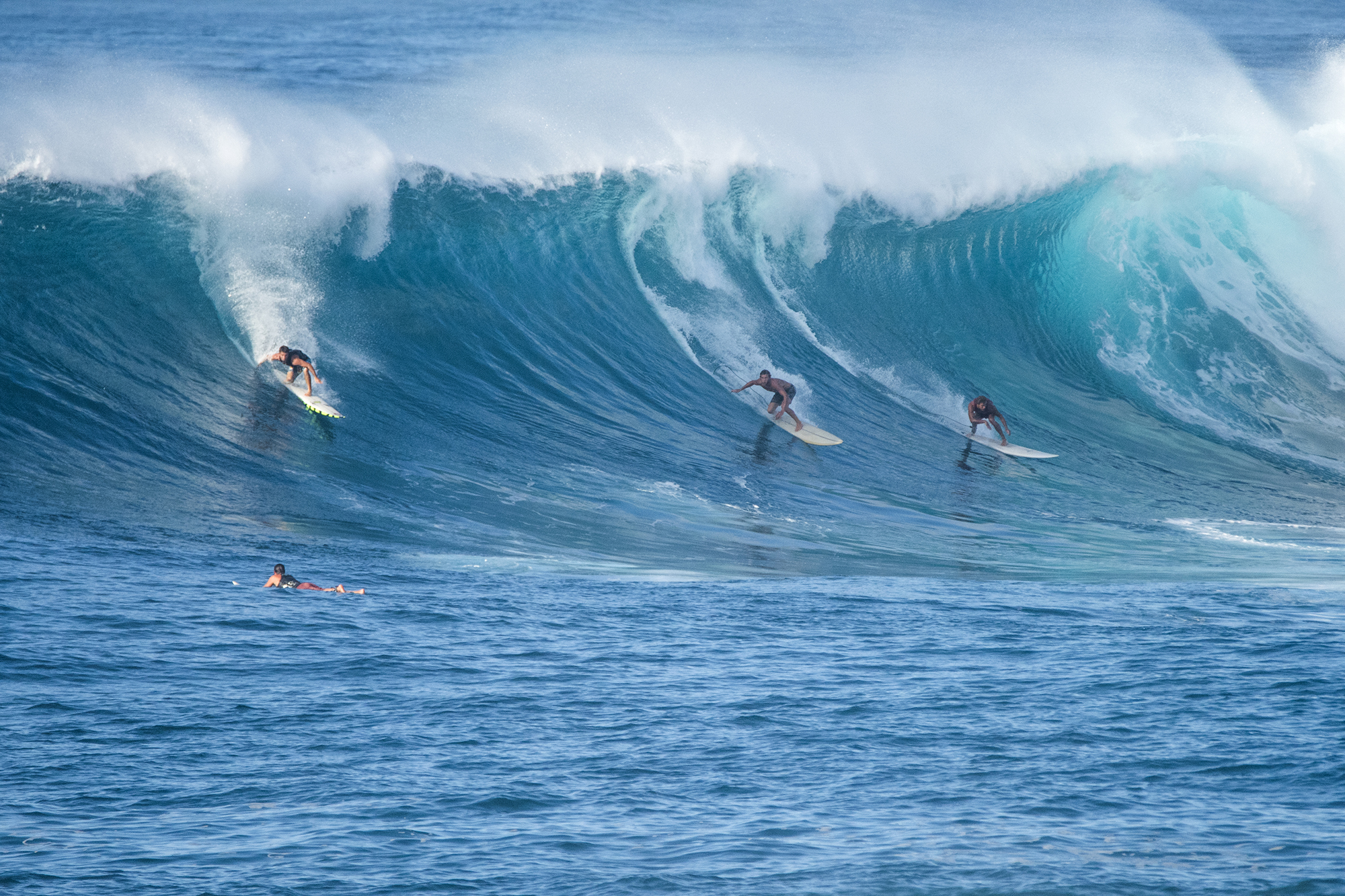 nice wave 3 guys hard bottom turn