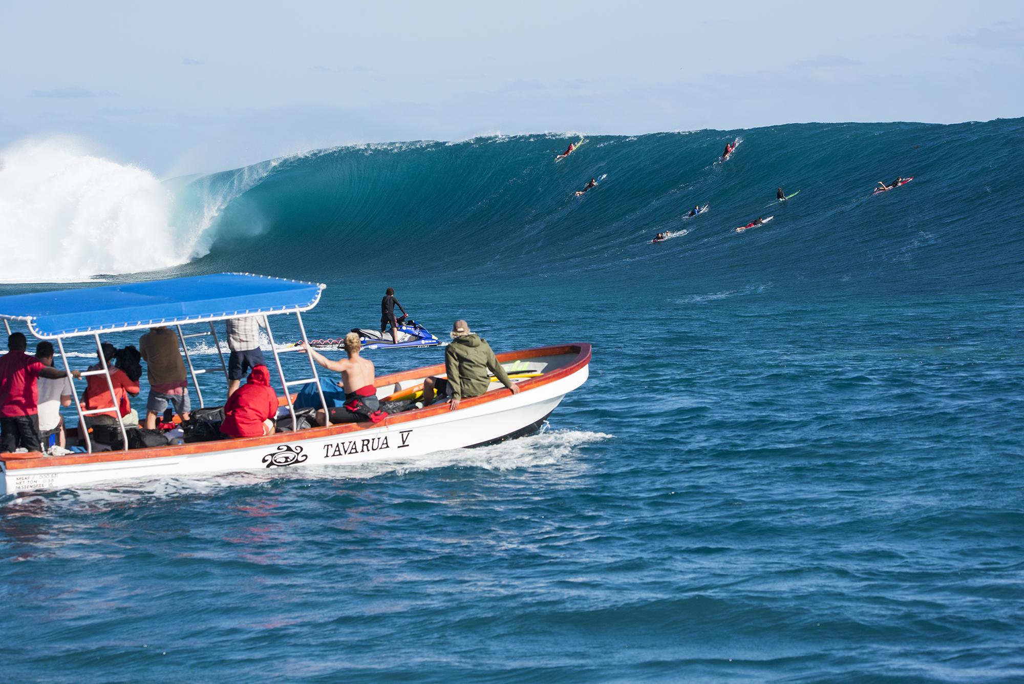 tavarua boat with bombing cloudbreak