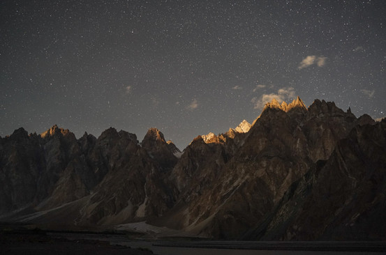 Looking at the Passu Cathedral