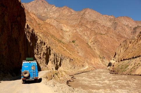 à gauche le Tadjikistan, à droite l'Afghanistan