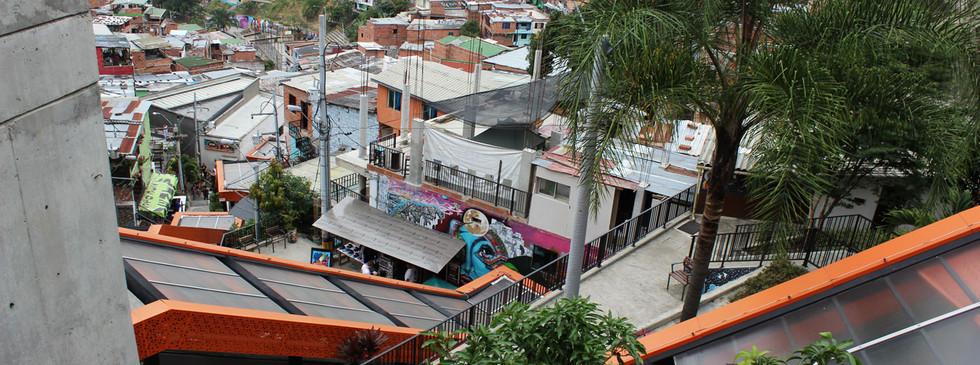 Vista escaleras eléctricas Comuna 13