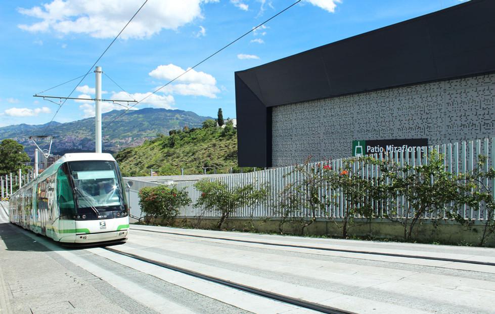 Tranvía llegando a la estación Miraflores