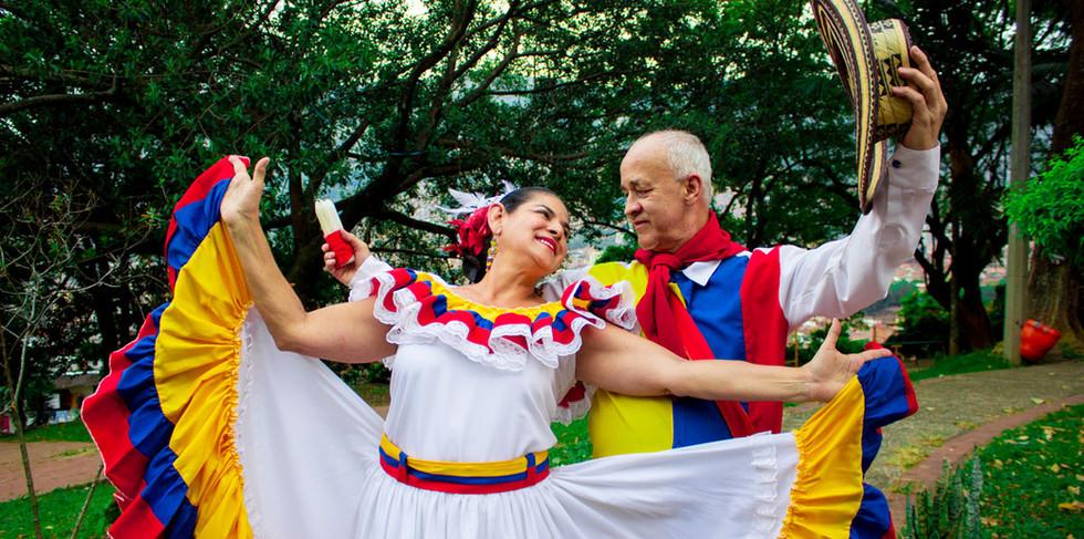 Grupo de danza Tierra Colombiana.jpg