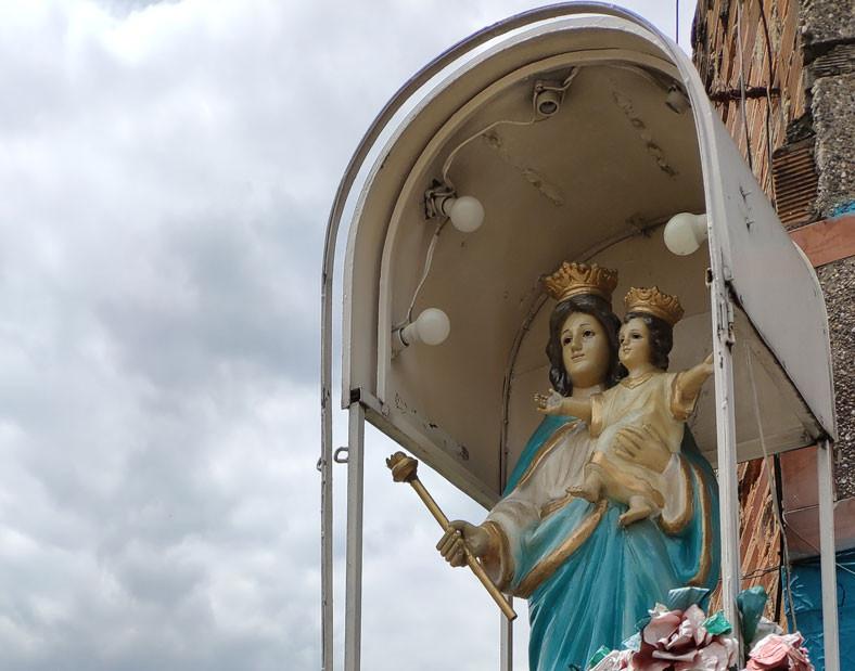 Virgen María frente al puente de La Toma