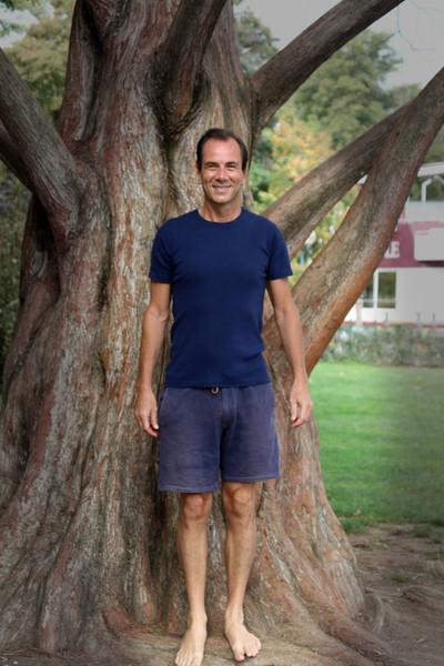 David et l'un de ses arbres préféré à Annecy Hatha YOGA