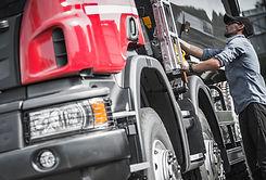 truck-driver-final-load-check-P5UQACT.jpg