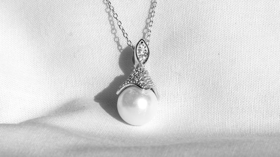 Pearl pendant with fine link chain