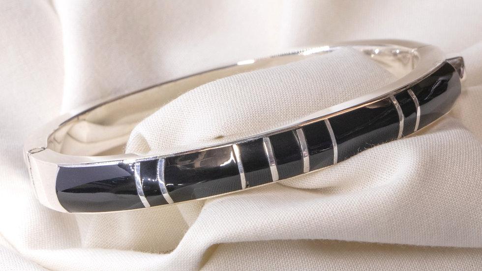 Round silver rigid bracelet with onyx